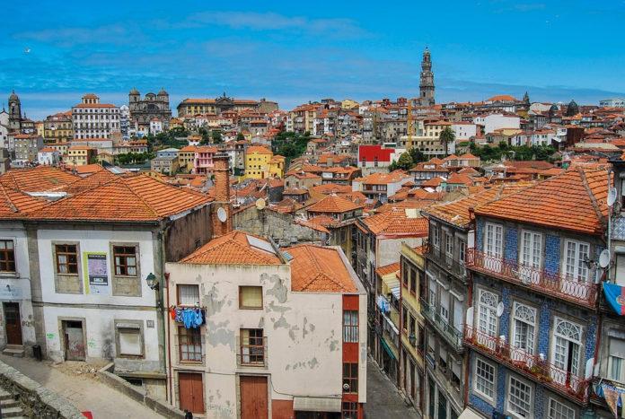 España e Portugal (na imaxe, Oporto) serían dos países que máis poboación perderían no 2100. Foto: hjrivas/Pixabay.