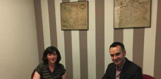 Carme Pampín (CEO de GalChimia e cofundadora de Origo Biopharma), e Fernando Guldrís (director xeral de XesGalicia), na sinatura do acordo de financiamento. Foto: Bioga.