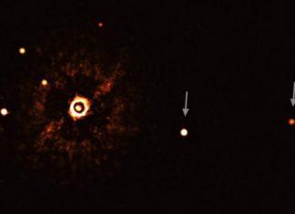 Estrela TYC 8998-760-1 (coa súa luz bloqueada) e os seus dous exoplanetas (marcados con frechas). Os outros puntos brillantes son estrelas de fondo. Fonte: ESO / Bohn et al.
