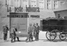 Labores de desinfección do cadaleito dunha das vítimas da peste. Foto: Arquivo Municipal do Porto.