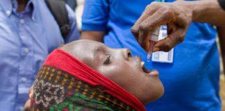 Unha nena recibe a vacina contra a polio. Foto: OMS.