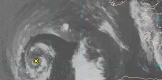 Situación da borrasca este martes fronte a Galicia, con posibilidade de adquirir características tropicais nos vindeiros días. Fonte: NHC.