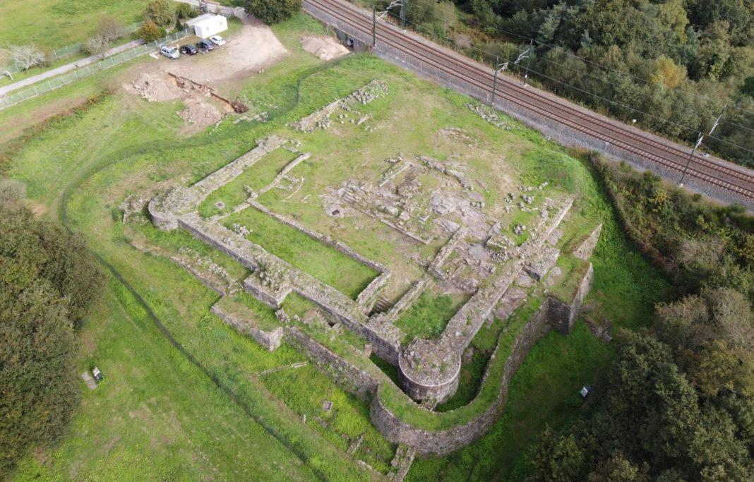 Vista aére do castelo da Rocha Forte. Foto: Concello de Santiago.