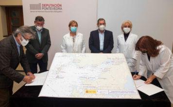 Acto de cesión da carta náutica ao Servizo de Patrimonio Documental e Bibliográfico. Foto: Deputación de Pontevedra.