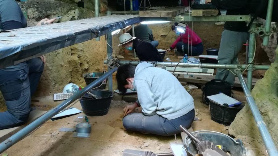 A pesar das limitacións da pandemia, na Cova Eirós avanzouse en novas escavacións durante o pasado verán. Foto: USC.