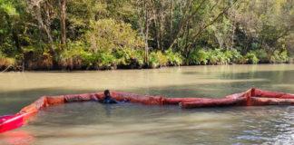 Instalación de barreiras no río Eume para reducir a turbidez da auga na zona de captación da traída de Pontedeume. Foto: Xunta de Galicia.