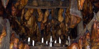 Carne de peixe a curar para a elaboración do hakarl, un plato típico islandés. Foto: Chris73/CC BY-SA 3.0.