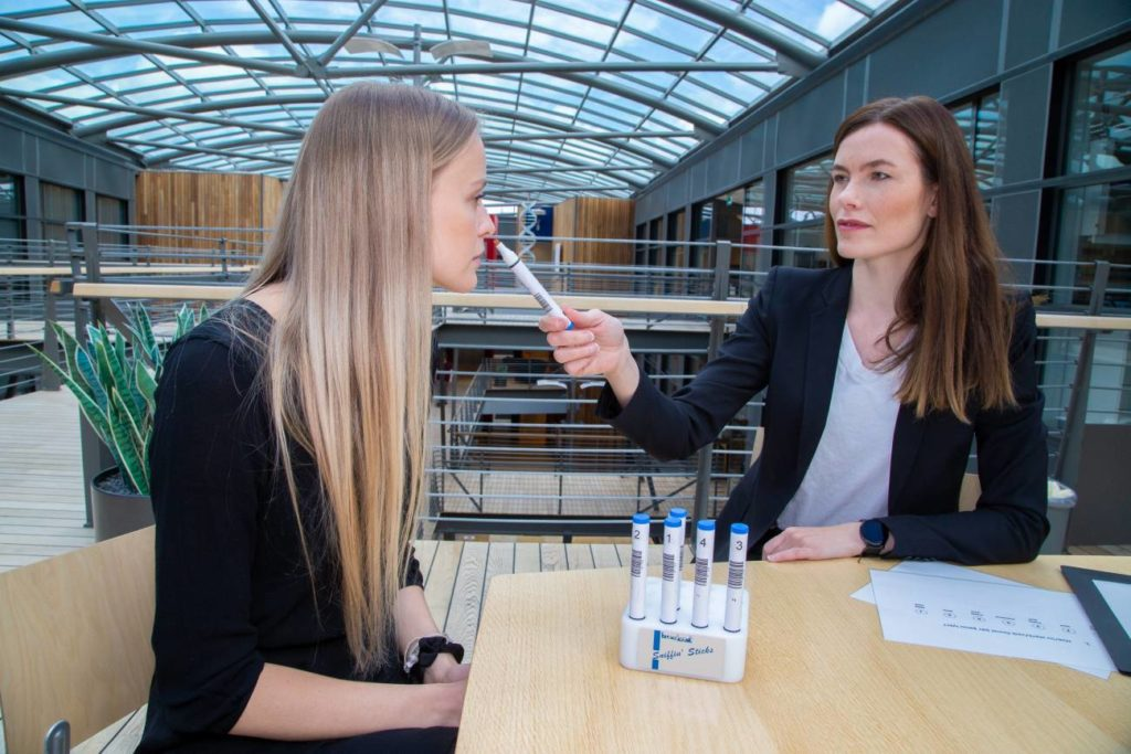 Para comprender por que o cheiro a peixe pode ser desagradable, a investigadora Rósa Gísladóttir estudou os xenomas de 11.000 islandeses en busca de variantes que afecten o sentido do olfacto e pediulles a voluntarios que cheirasen unha serie de aromas, os identificasen segundo a súa intensidade e 'agradabilidade'. Foto: Jón Gústafsson, deCODE Genetics - Amgen Inc.