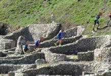 Imaxes difundidas por Apatrigal nas que se observa o paso de deportistas sobre o muro do castro de Santa Trega.