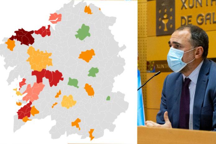 O conselleiro de Sanidade (dereita) anunciou a incorporación de Sanxenxo á lista de concellos con restricións.