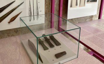 """Algúns das 22 pezas presentes na mostra """"Machados. Cinco vidas, unha historia"""". Foto: Deputación de Pontevedra."""