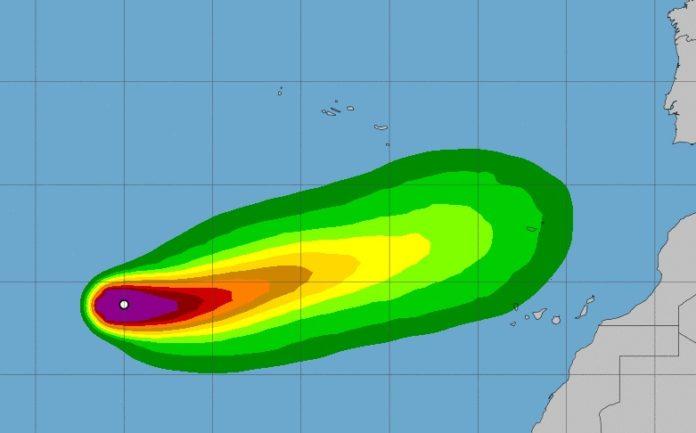 Modelo de probabilidade de que Theta xere ventos propios dunha tormenta tropical (superiores a 70km/h) nos vindeiros días. A probabilidade diminúe a medida que se afasta do punto blanco. Fonte: NHC.