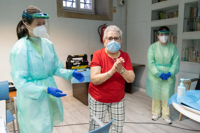 A primeira persoa vacinada en Galicia, Nieves Cabo, tras recibir a súa vacina na residencia Porta do Camiño. Foto: Xunta de Galicia.