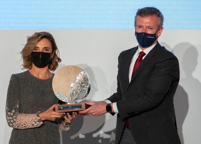 Amparo Alonso recibe o recoñecemento de mans de Alfonso Rueda, vicepresidente da Xunta. Foto: Xunta de Galicia.