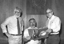 Donald Millar (esquerda), Willliam Foege (centro) e Michael Lane (dereita), impuslores do programa de erradicación da varíola, posan coa portada da revista Global Health que anuncia a erradicación da enfermidade en 1980. Foto: Biblioteca do CDC.