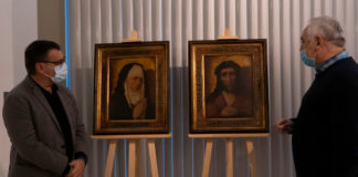 O director do Museo de Pontevedra, Xosé Manuel Rey (esquerda) e o vicepresidente da Deputación, César Mosquera, xunto aos dous cadros que serán devoltos a Polonia. Foto: Deputación de Pontevedra.
