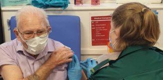 Unha profesional sanitaria vacina a Frederick Benton, un home de 94 anos que recibiu o antídoto de Pfizer na primeira xornada da campaña no Reino Unido. Foto: NHS.