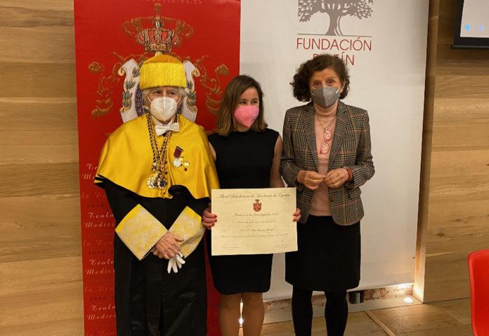 Na imaxe, Antonio Bascones Martínez, presidente da Real Academia de Doutores de España, Sara Mandiá Rubal, acredora do Premio Fundación Ignacio Larramendi, e Carmen Hernando de Larramendi, vicepresidenta da citada Fundación.