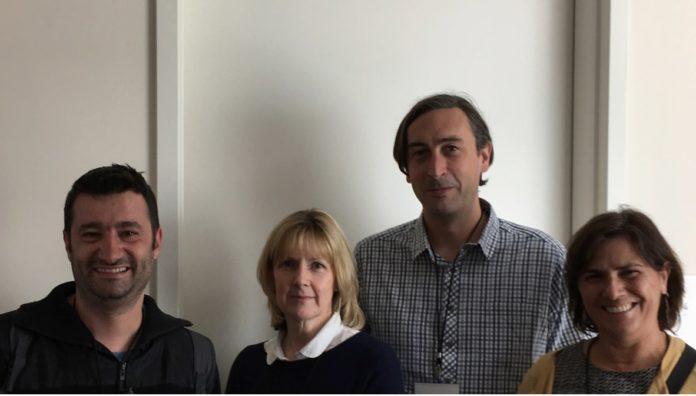 Na imaxe, Nacho Aguiló (investigador do grupo de Carlos Martín, Universidad de Zaragoza) Sally Sharpe (Public Health England), coordinadora do estudo, Andrew White (Public Health England) primeiro autor, e Eugenia Puentes (Biofabri). Foto: Zendal.