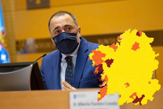 O conselleiro de Sanidade da Xunta de Galicia, Julio García Comesaña, nunha comparecencia no mes de decembro. Á dereita, novo mapa de restricións. Foto: Xunta de Galicia.
