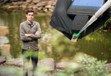 César de la Fuente, líder do grupo Machine Biology na Universidade de Pennsylvania. Á dereita, imaxe do dispositivo. Foto: upenn.