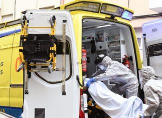 Unha ambulancia atende unha emerxencia durante a pandemia. Foto: Santi Alvite.