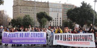 """Manifestación en Barcelona contra a reforma da Lei de Saúde Pública de Galicia, bautizada por algúns colectivos como """"Ley Auschwitz"""". Imaxe: Twitter."""