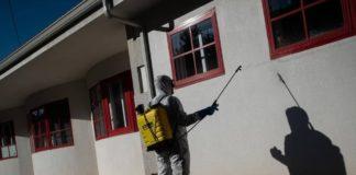 A desinfección de espazos públicos foi moi habitual durante o confinamento en numerosos concellos galegos. Foto: Concello de Lousame.