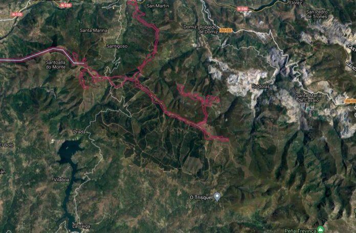 Mapa da liña de alta tensión (liña azul) e superficie dos aeroxeradores (puntos amarelos dentro da contorna fucsia) pertencentes ao proxecto do parque eólico de Prada. Fonte: MITECO.