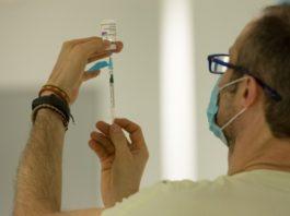 Un profesional sanitario prepara unha dose da vacina de AstraZeneca. Foto: Consellería de Sanidade.