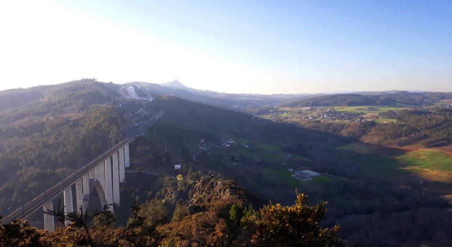 Miradoiro do Alto do Castro. Detrás, a mina de Serrabal e, ao fondo, o Pico Sacro. Foto: R. Pan.