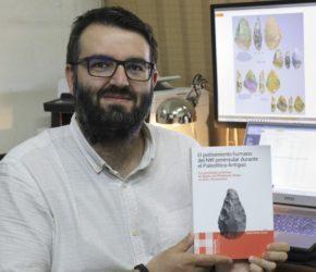 Eduardo Méndez Quintas, co libro que recolle as investigacións desenvolvidas en Arbo. Foto: Duvi.