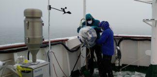 Investigadores do proxecto MICROAIRPOLAR, traballando nas proximidades da Antártida. Foto: Sergi González.