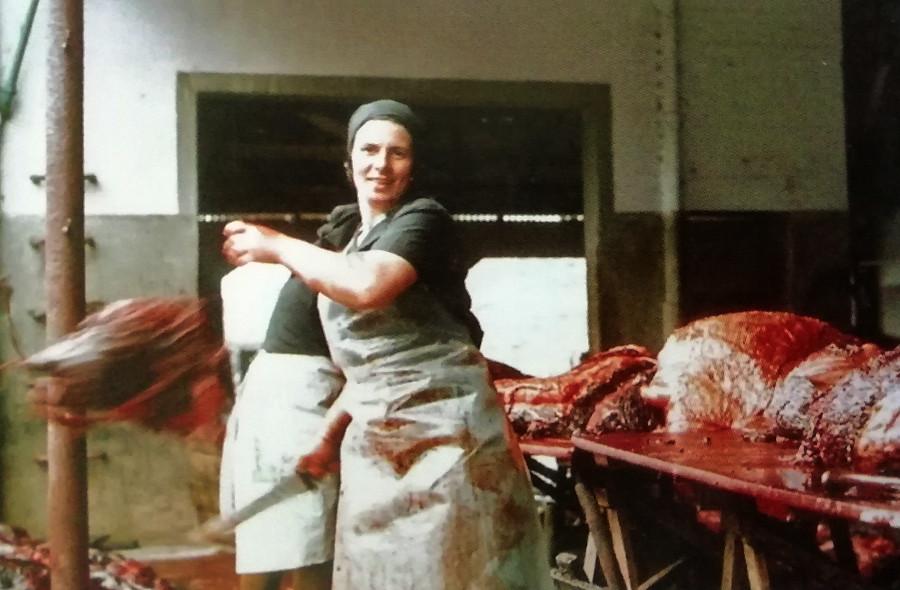 Josefina Outes, cortando carne de balea en 1974 en Caneliñas. Arquivo de Álex Aguilar.
