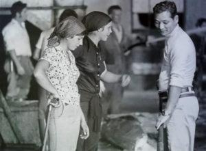 María Jesús Beiro Outes e Marcelina Outes Pérez conversan co operario xaponés Kameda, en 1980. Arquivo de Álex Aguilar.