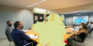 Imaxe do mapa de restricións en vigor a partir do venres, e unha reunión recente do comité clínico. Foto: Xunta de Galicia/elaboración propia.