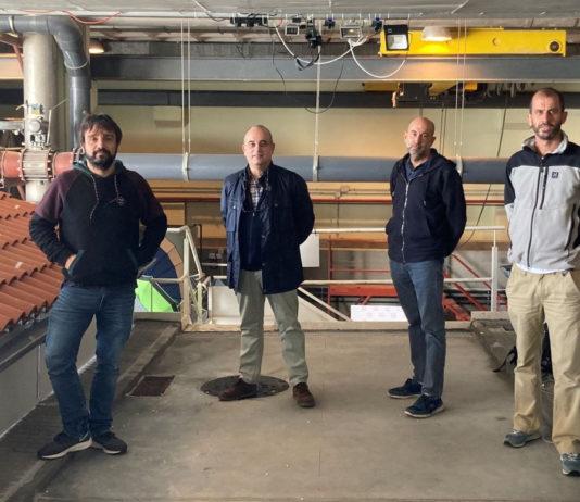 Os investigadores do GEAMA implicados no proxecto no Laboratorio de Hidráulica do CITEEC, nun dos simulares de choiva. De esquerda a dereita: José Anta, Joaquín Suárez, Jerónimo Puertas e Luis Cea.