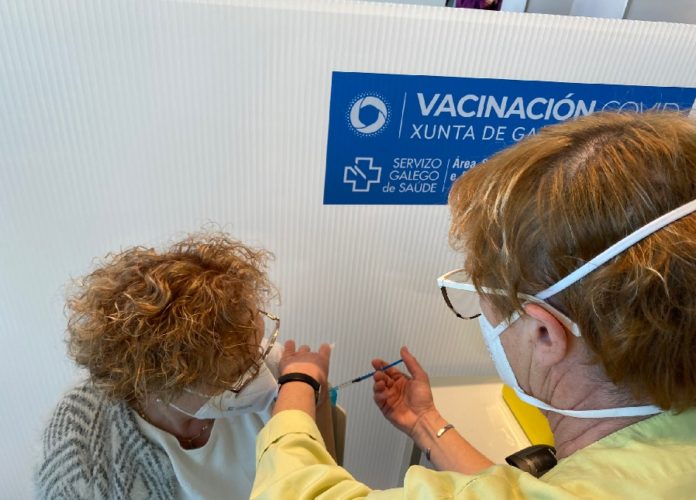 O seguimento do Sergas realizouse a case 350.000 persoas vacinadas entre finais de decembro e mediados de marzo. Foto: Gabinete de Prensa da Área Sanitaria de Santiago-Barbanza.