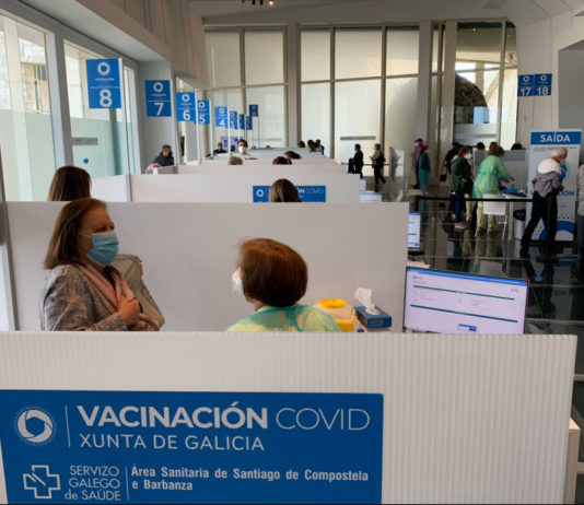 Postos de vacinación instalados na Cidade da Cultura de Santiago de Compostela este xoves. Foto: Gabinete de Comunicación da Ärea Sanitaria de Santiago-Barbanza.