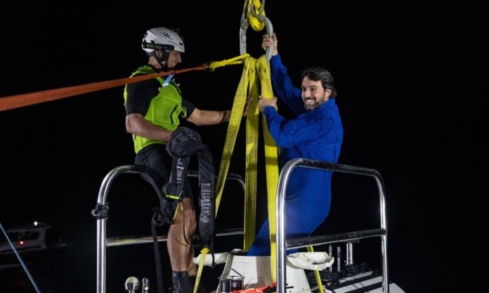 Héctor Salvador, saíndo do submarino despois da inmersión na Foxa das Marianas. Foto: Triton Submarines.