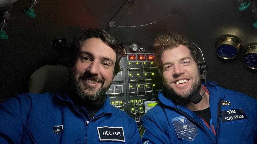 Héctor, co seu compañeiro Tim MacDonald, no fondo da foxa das Marianas. Foto: Triton Submarines.