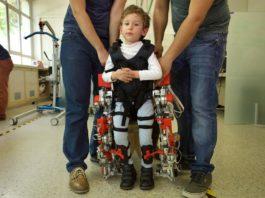Álvaro, un neno afectado por atrofia muscular espinal, co exoesqueleto ATLAS 2030. Foto: CSIC.