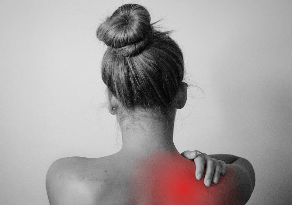A fibromialxia maniféstase con dor e fatiga crónicas, xunto ao outros síntomas que diminúen a calidade de vida das persoas que a padecen. Foto: Pixabay.