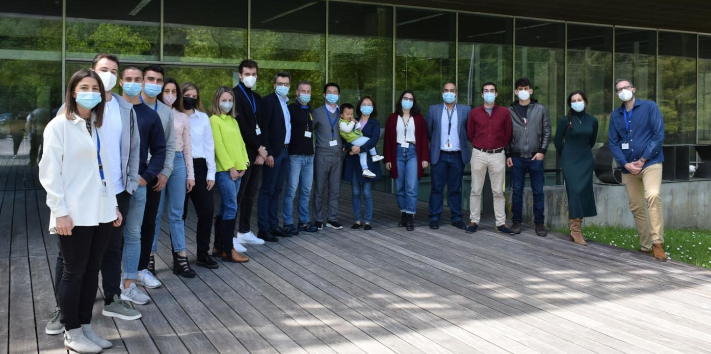 Jianbo Xiao coa súa familia e investigadoras e investigadores do grupo AA1 en Citexvi. Foto: Duvi.