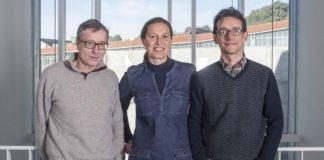 Pastoriza, con Pablo Hervés e Jorge Pérez, compañeiros do grupo de Nanobiomateriais Funcionais. Foto: Duvi.