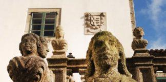 Figuras talladas na parte exterior do pazo de Mariñán. Imaxe: Deputación da Coruña.