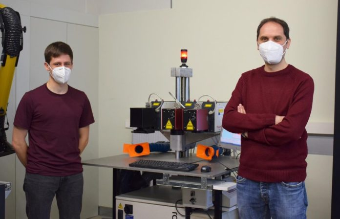Dous dos investigadores do grupo LaserON da UVigo. Foto: Duvi.