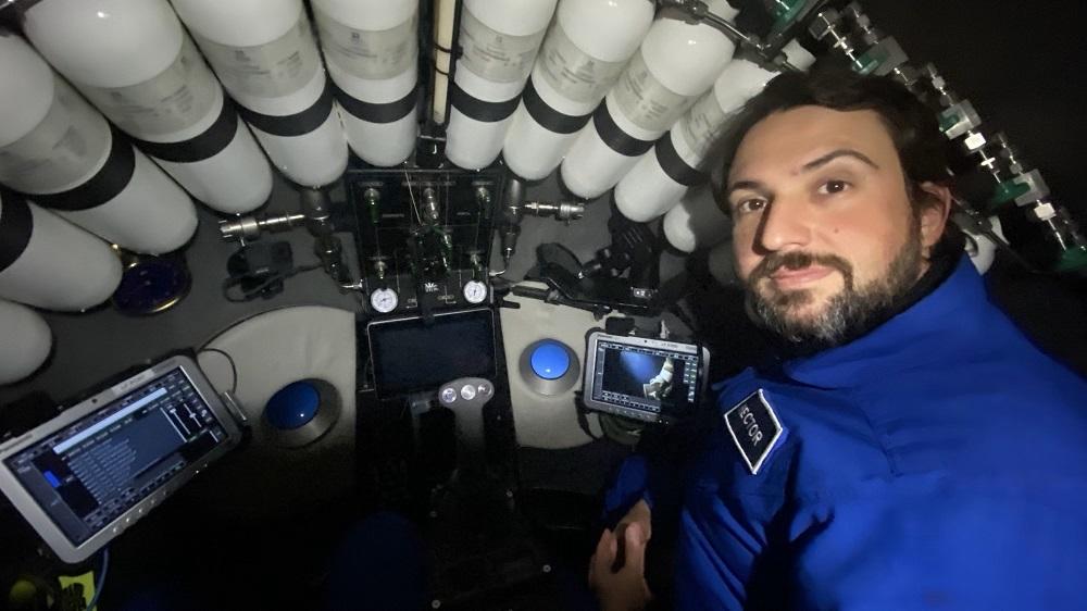 Héctor Salvador, no interior do DSV Limiting Factor. Foto: Triton Submarines.