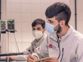 Andrés Rabuñal e Saúl Blanco, integrantes da UVigo SpaceLab, probando distintos algoritmos do ADCS na delegación de Ourense. Foto: Duvi.