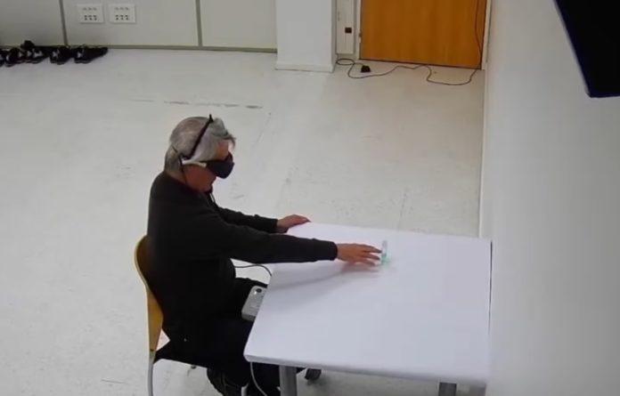 Fotograma dun dos experimentos realizados co paciente que conseguiu recuperar parte da visión. Fonte: Universidade de Basilea